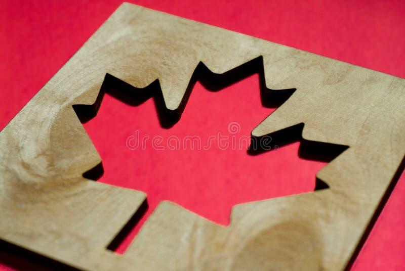 Bandeira Canadá, folha de bordo cinzelada da madeira foto de stock