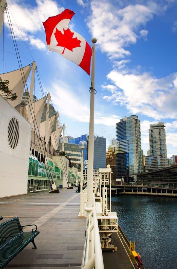 Bandeira canadense na frente de Vancôver, Canadá fotografia de stock