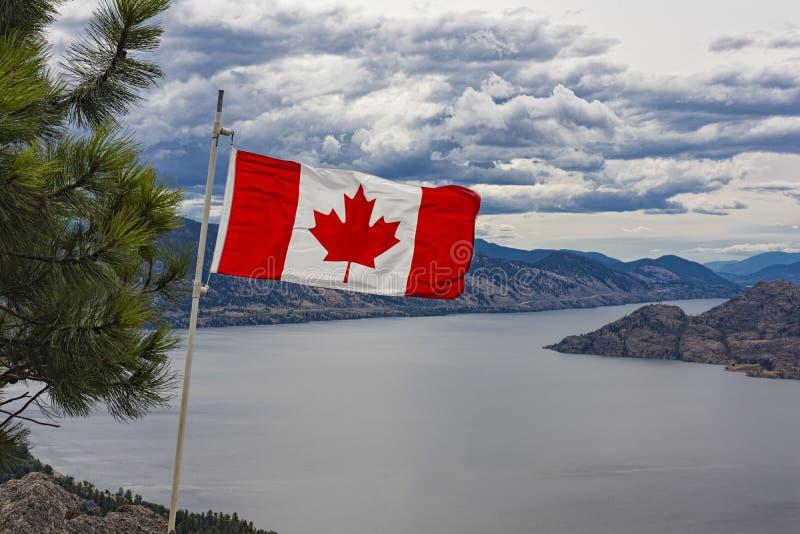 Bandeira canadense sobre o lago Okanagan perto do Columbia Britânica Canadá de Peachland imagens de stock