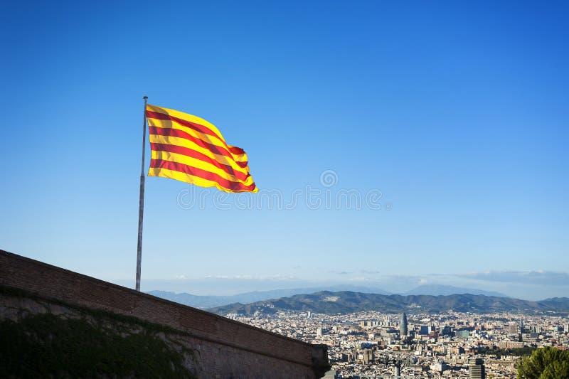 Bandeira Catalan sobre o castelo de Montjuic em Barcelona foto de stock royalty free