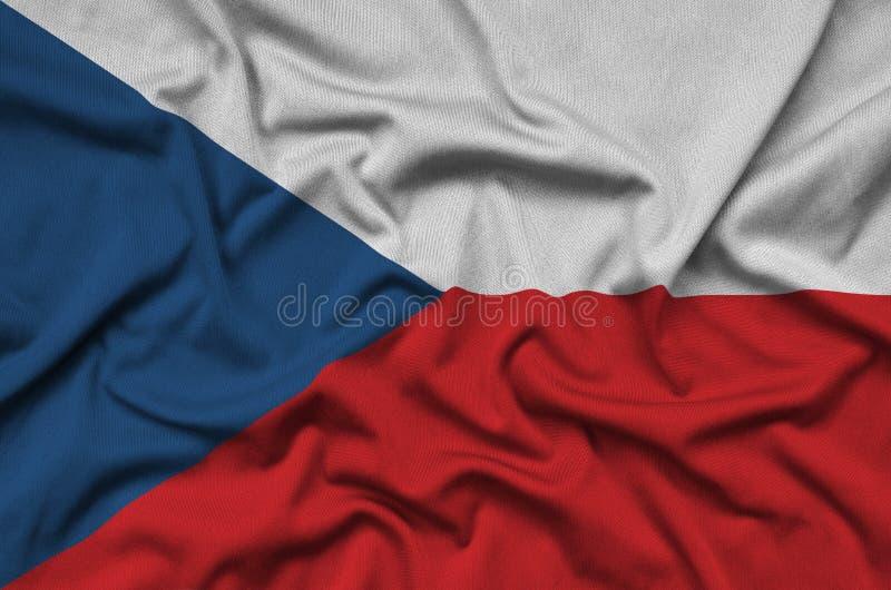 A bandeira checa é descrita em uma tela de pano dos esportes com muitas dobras Bandeira da equipe de esporte fotografia de stock royalty free