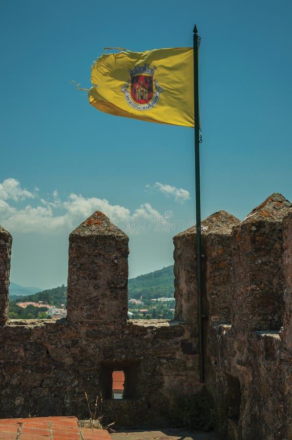 Bandeira com a brasão de Castelo de Vide na parede do castelo fotografia de stock