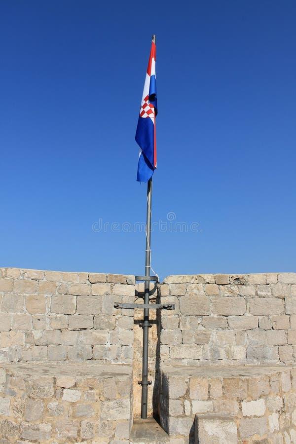 Bandeira croata na parede da fortaleza imagens de stock royalty free