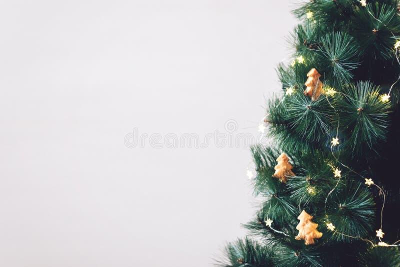 Bandeira da árvore de Natal, fundo Árvore de abeto decorada com as cookies caseiros ornamento das árvores de Natal e a luz da est imagens de stock royalty free