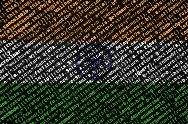A bandeira da Índia é descrita na tela com o código do programa O conceito do desenvolvimento moderno da tecnologia e de local foto de stock