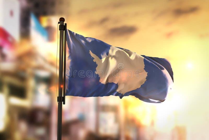 Bandeira da Antártica contra o fundo borrado cidade no nascer do sol Backl foto de stock