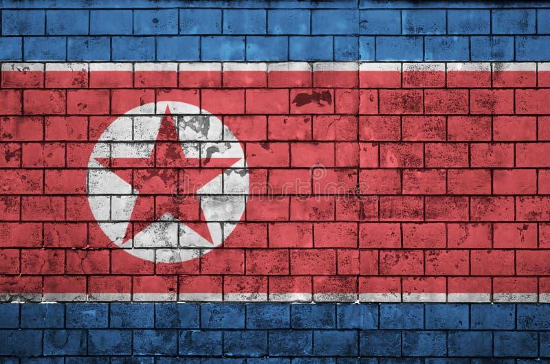 A bandeira da Coreia do Norte é pintada em uma parede de tijolo velha imagens de stock
