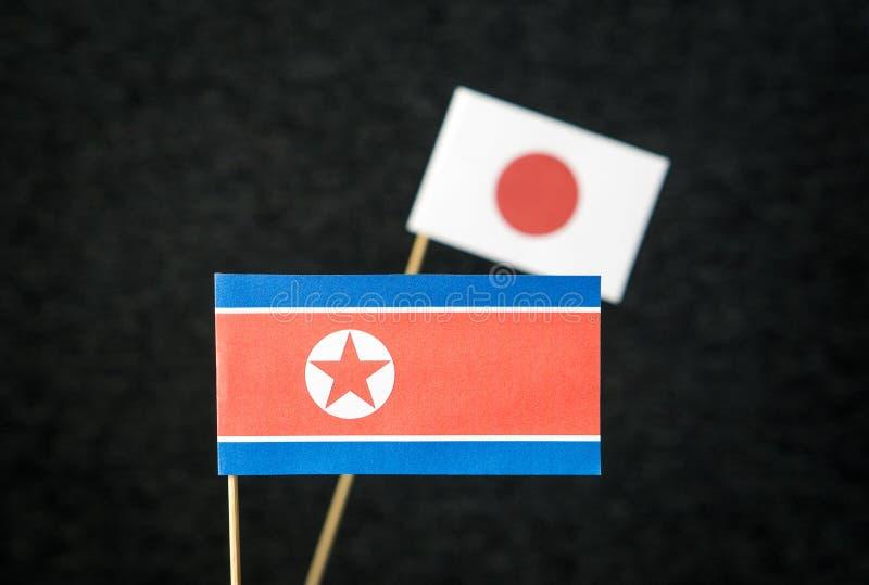 A bandeira da Coreia do Norte e do Japão feitos do papel foto de stock