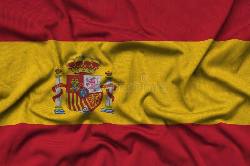 A bandeira da Espanha é descrita em uma tela de pano dos esportes com muitas dobras Bandeira da equipe de esporte imagens de stock