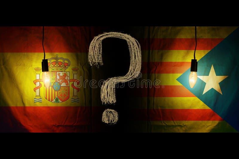 Bandeira da Espanha e meia bandeira catalan Referendo do voto para o conceito nacional do risco do separatismo da crise da saída  fotos de stock royalty free