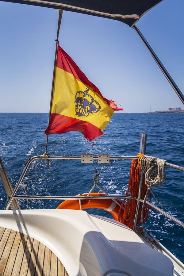 Bandeira da Espanha em uma viagem do iate ao longo de Tenerife fotos de stock royalty free
