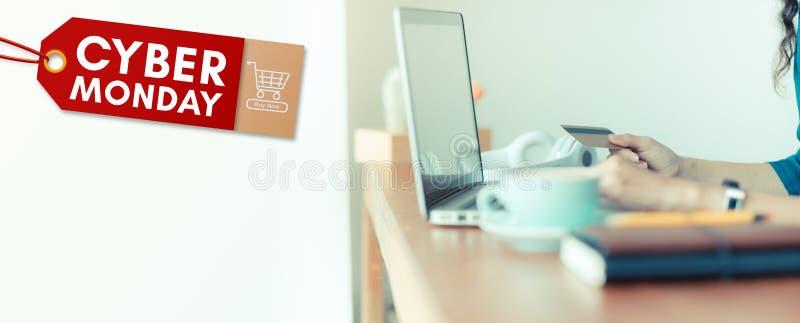 Bandeira da etiqueta da venda de segunda-feira do Cyber com a mulher que guarda o uso do cartão de crédito foto de stock