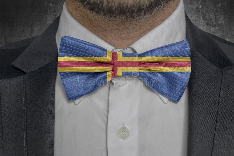 Bandeira da ilha de Aland no terno do homem de negócio da elegância do bowtie imagens de stock