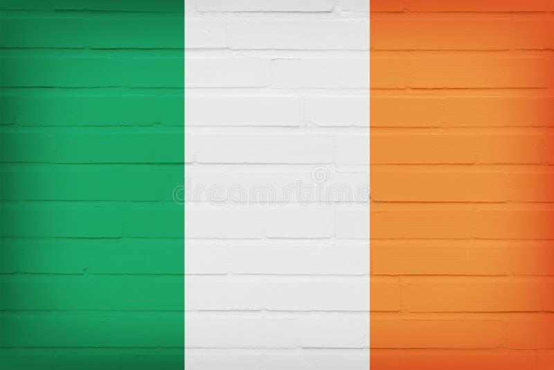 Bandeira da Irlanda pintada no fundo da textura da parede de tijolo foto de stock