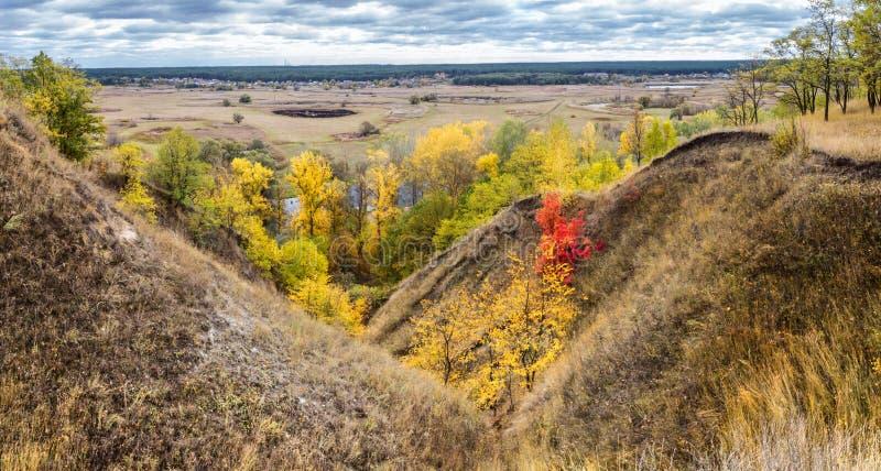 Bandeira da paisagem do outono, panorama - ravina perto do River Valley no rio do enrolamento do fundo sobre prados entre montes  imagens de stock royalty free