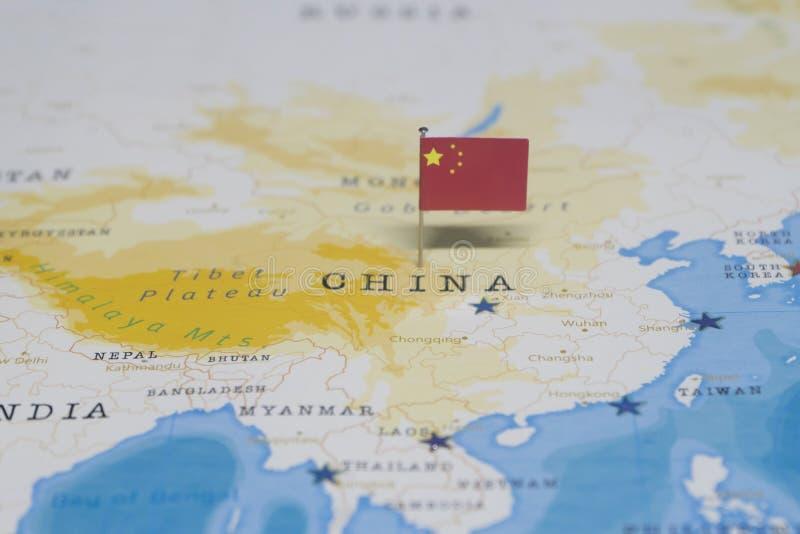 A bandeira da porcelana no mapa do mundo imagens de stock