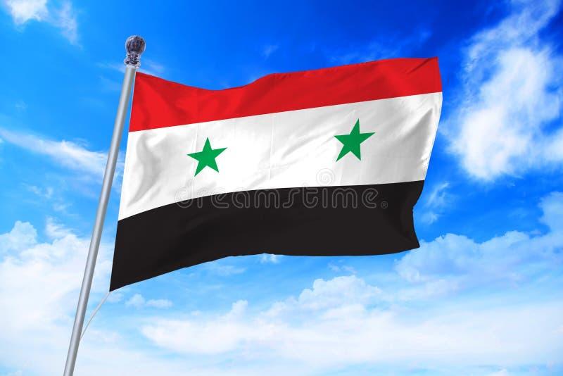 Bandeira da república árabe síria de Síria que torna-se contra um céu azul fotografia de stock