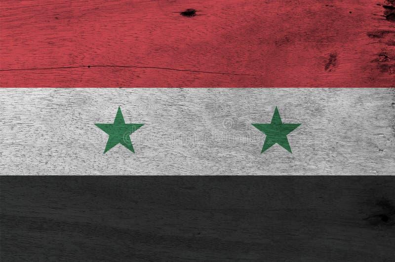 Bandeira da república árabe síria no fundo de madeira da placa Textura da bandeira da república árabe síria do Grunge imagem de stock royalty free