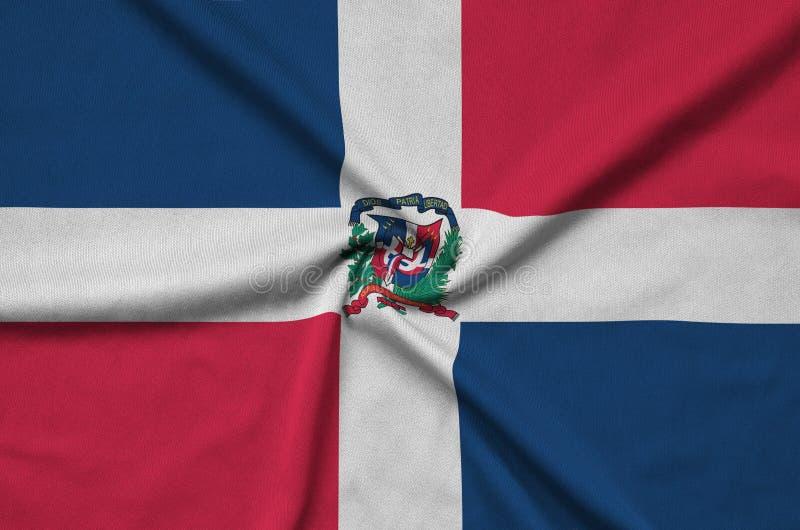 A bandeira da República Dominicana é descrita em uma tela de pano dos esportes com muitas dobras Bandeira da equipe de esporte foto de stock