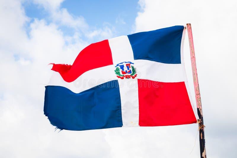 A bandeira da República Dominicana está acenando sobre o céu azul imagem de stock