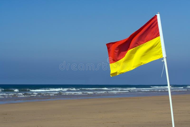 Bandeira da segurança em uma praia fotografia de stock