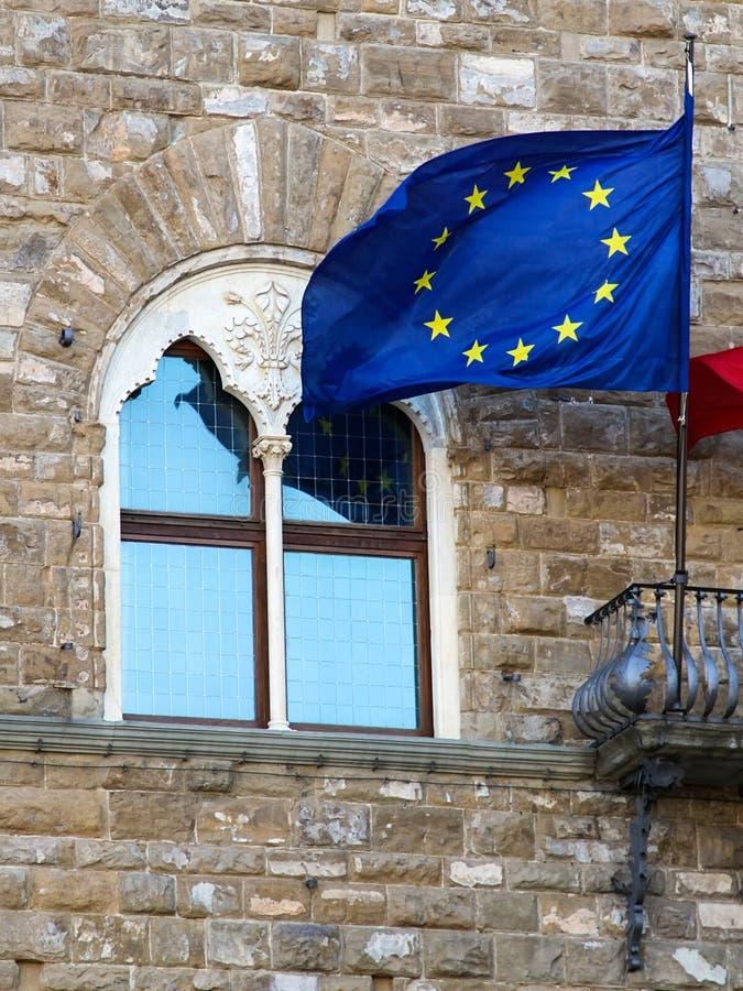 Bandeira da UE no fundo de uma construção velha imagens de stock royalty free