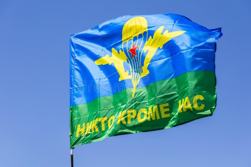 Bandeira da união de paramilitares do russo contra o céu azul fotografia de stock