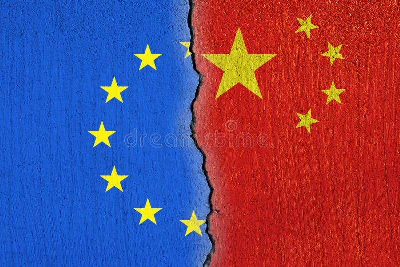 Bandeira da União Europeia e bandeira chinesa pintada em parede rachada, em relações da UE e da China ilustração royalty free