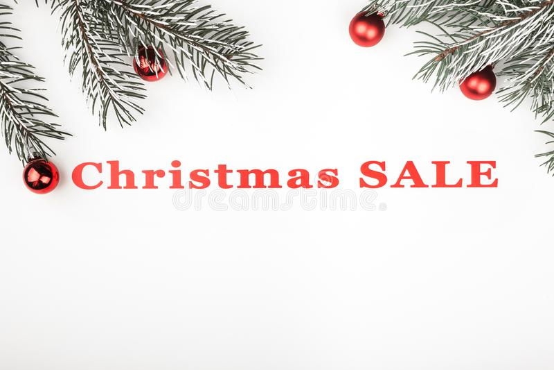A bandeira da venda do Natal no fundo branco com ramos sempre-verdes e árvore brinca decorações imagem de stock