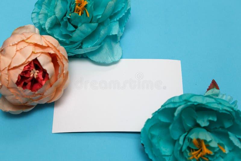 Bandeira das flores Background flores, caderno em um pálido - fundo azul foto de stock