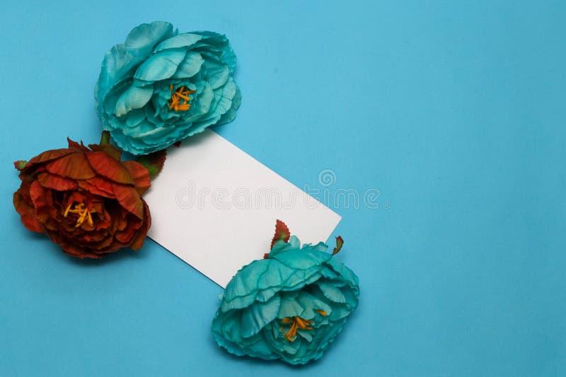 Bandeira das flores Background flores, caderno em um pálido - fundo azul fotografia de stock