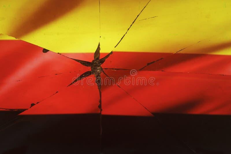 A bandeira de Alemanha é refletida em espelho quebrado foto de stock royalty free