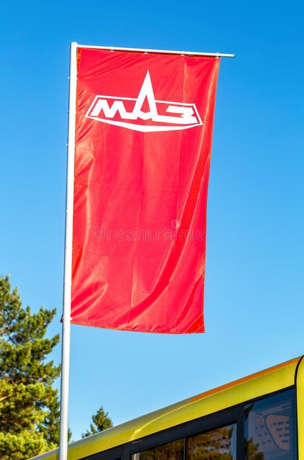 Bandeira de alerta Minsk Automobile Plant MAZ sobre céu azul imagens de stock royalty free