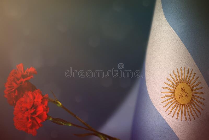 Bandeira de Argentina para a honra dos veteranos ou o Memorial Day com o modelo vermelho de duas flores do cravo Glória aos herói ilustração stock