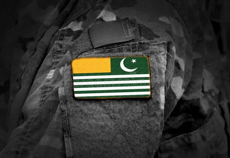 A bandeira de Azad Kashmir em soldados arma-se Bandeira de Azad Jammu e de Kashmir na colagem uniforme militar fotos de stock