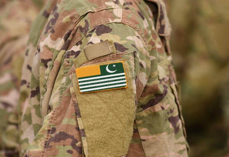 A bandeira de Azad Kashmir em soldados arma-se Bandeira de Azad Jammu e de Kashmir na colagem uniforme militar imagem de stock royalty free