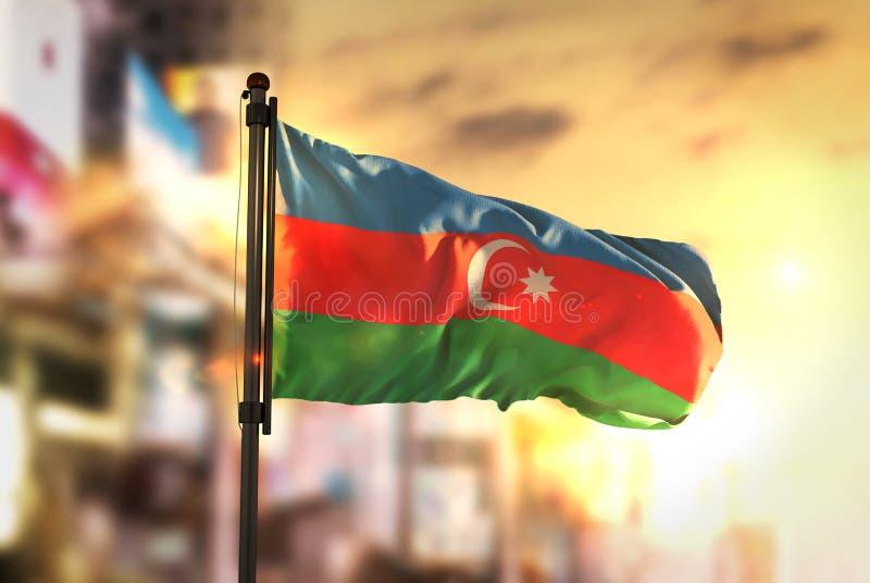 Bandeira de Azerbaijão contra o fundo borrado cidade no nascer do sol Backl fotografia de stock royalty free