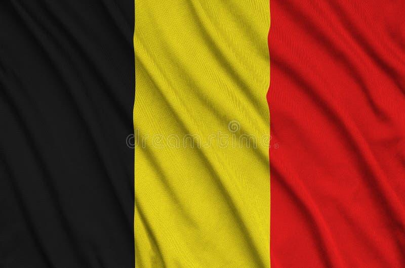 A bandeira de Bélgica é descrita em uma tela de pano dos esportes com muitas dobras Bandeira da equipe de esporte fotografia de stock royalty free