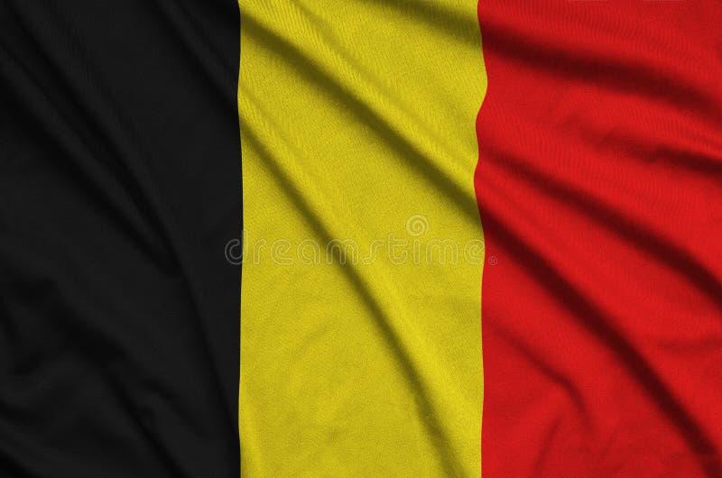 A bandeira de Bélgica é descrita em uma tela de pano dos esportes com muitas dobras Bandeira da equipe de esporte foto de stock