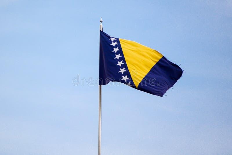 Bandeira de Bósnia que acena no vento imagens de stock royalty free