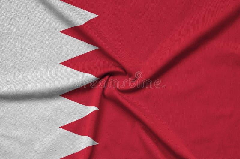 A bandeira de Barém é descrita em uma tela de pano dos esportes com muitas dobras Bandeira da equipe de esporte imagem de stock