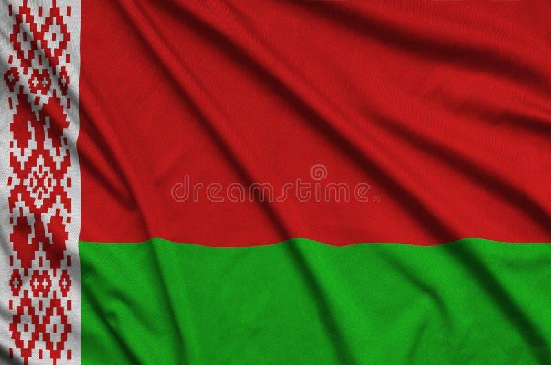 A bandeira de Bielorrússia é descrita em uma tela de pano dos esportes com muitas dobras Bandeira da equipe de esporte fotos de stock royalty free