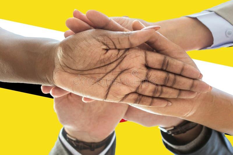 Bandeira de Brunei Darussalam, integração de um grupo multicultural de jovens imagem de stock royalty free