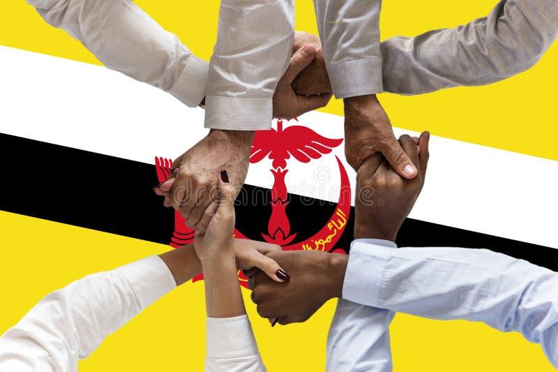 Bandeira de Brunei Darussalam, integração de um grupo multicultural de jovens imagens de stock royalty free