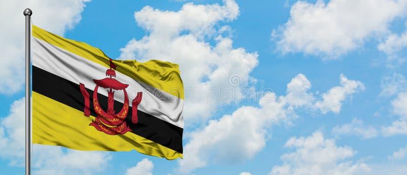 Bandeira de Brunei Darussalam que acena no vento contra o céu azul nebuloso branco Conceito da diplomacia, rela??es internacionai imagens de stock royalty free