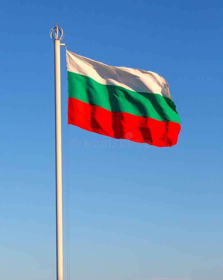 Bandeira de Bulgária contra o céu fotografia de stock royalty free