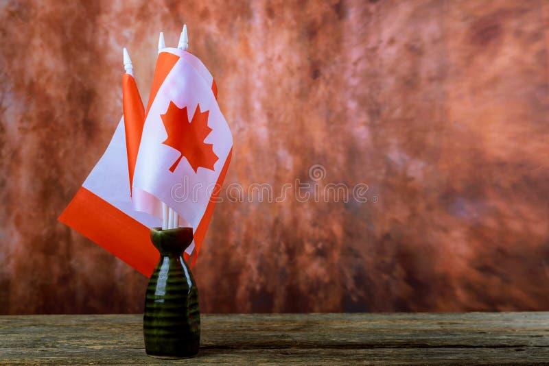 Bandeira de Canadá no fundo de madeira imagens de stock royalty free