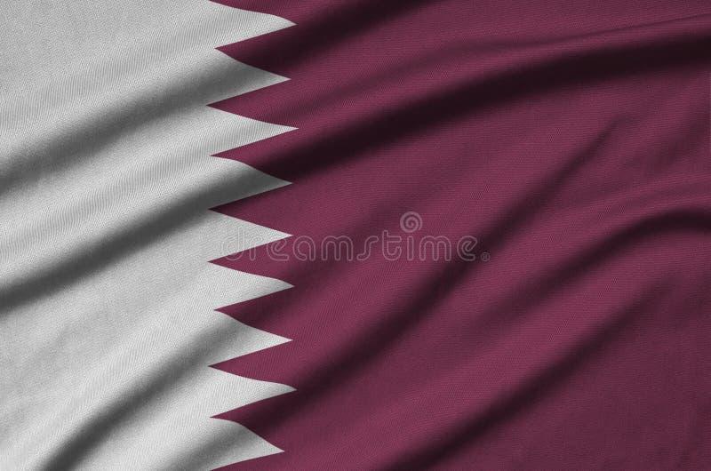 A bandeira de Catar é descrita em uma tela de pano dos esportes com muitas dobras Bandeira da equipe de esporte imagens de stock royalty free