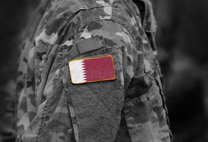 A bandeira de Catar em soldados arma-se fotos de stock royalty free