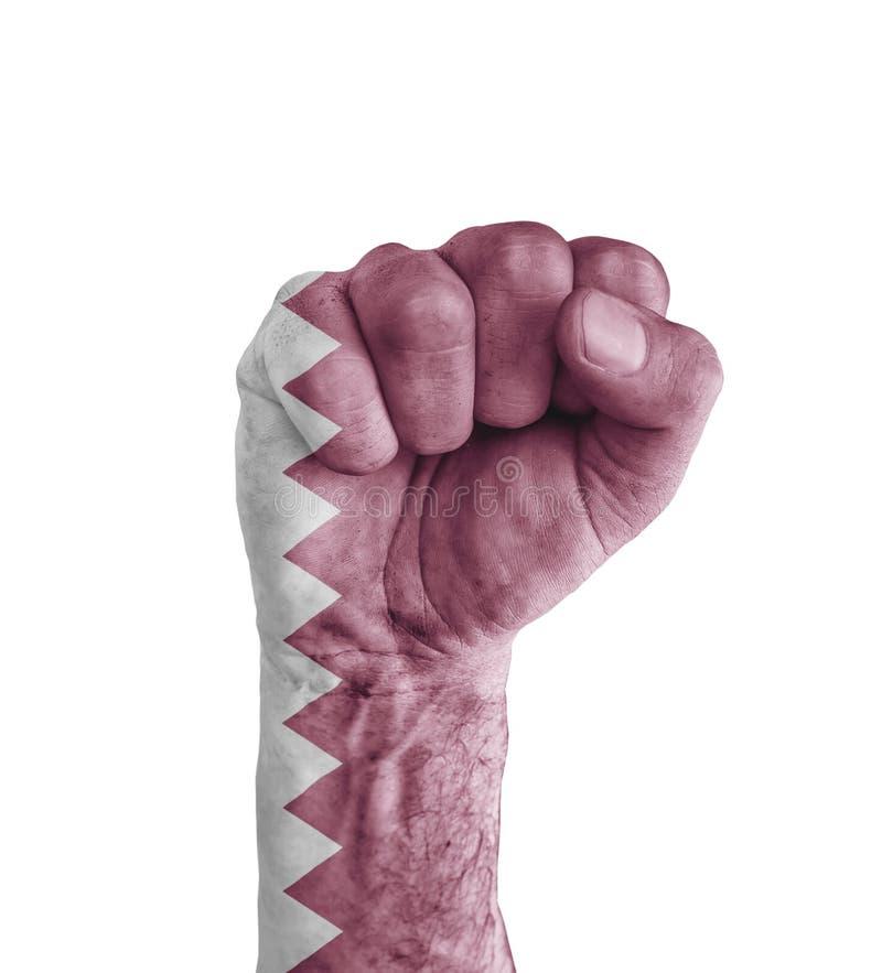 A bandeira de Catar pintou no punho humano como o símbolo da vitória fotografia de stock